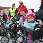 Lasten lyhtykulkue toi väriä Viialan torille