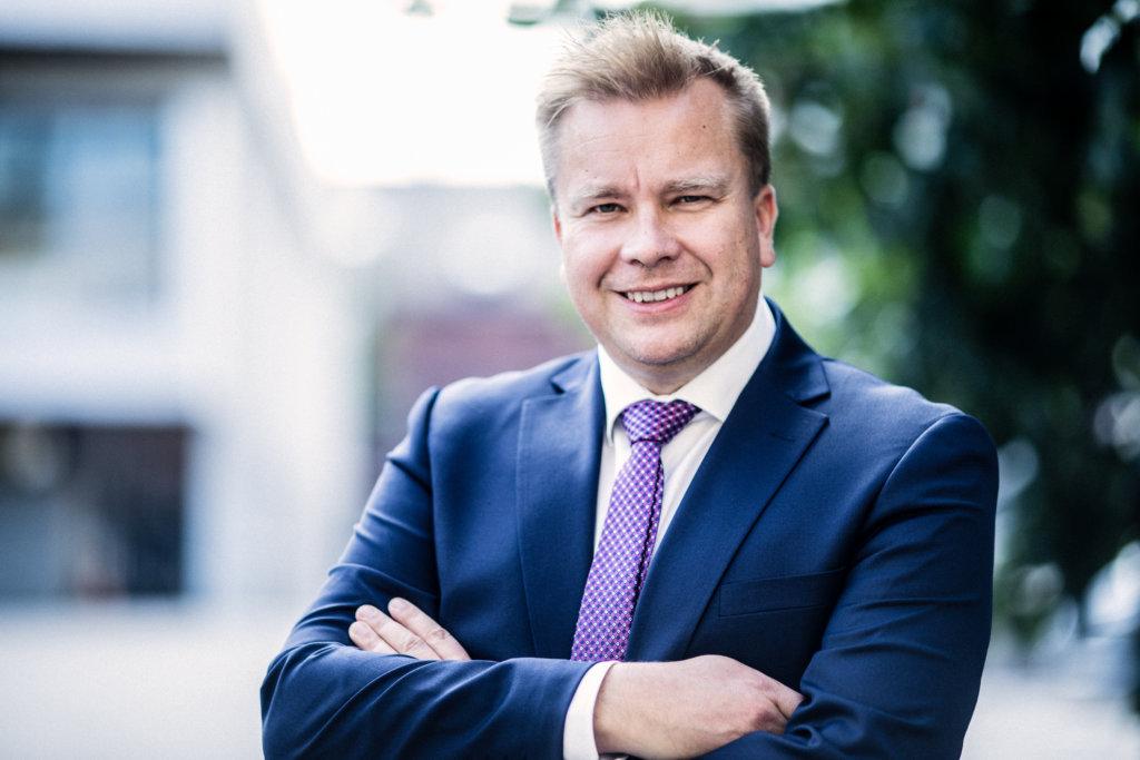 Puolustusministeri Antti Kaikkosen mukaan iso haaste 2020-luvulla on kyetä ylläpitämään riittävän uskottavaa puolustuskykyä nopean teknologisen kehityksen maailmassa, joka ainakin tänään näyttää perustuvan suurvaltapoliittiseen toimintalogiikkaan ja jännitteiseen tilanteeseen Euroopassa. (Kuva: Laura Kotila)