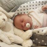 Vuoden ensimmäisen vauvan perheessä juhlitaan kohta myös häitä – Pörinä rauhoittaa rallipariskunnan esikoisen