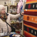 Sinikat sisustusesineitä etsimässä – Tekstiilit kiinnostivat, mutta kotiin lähti maatuskan tapainen Che Guevara