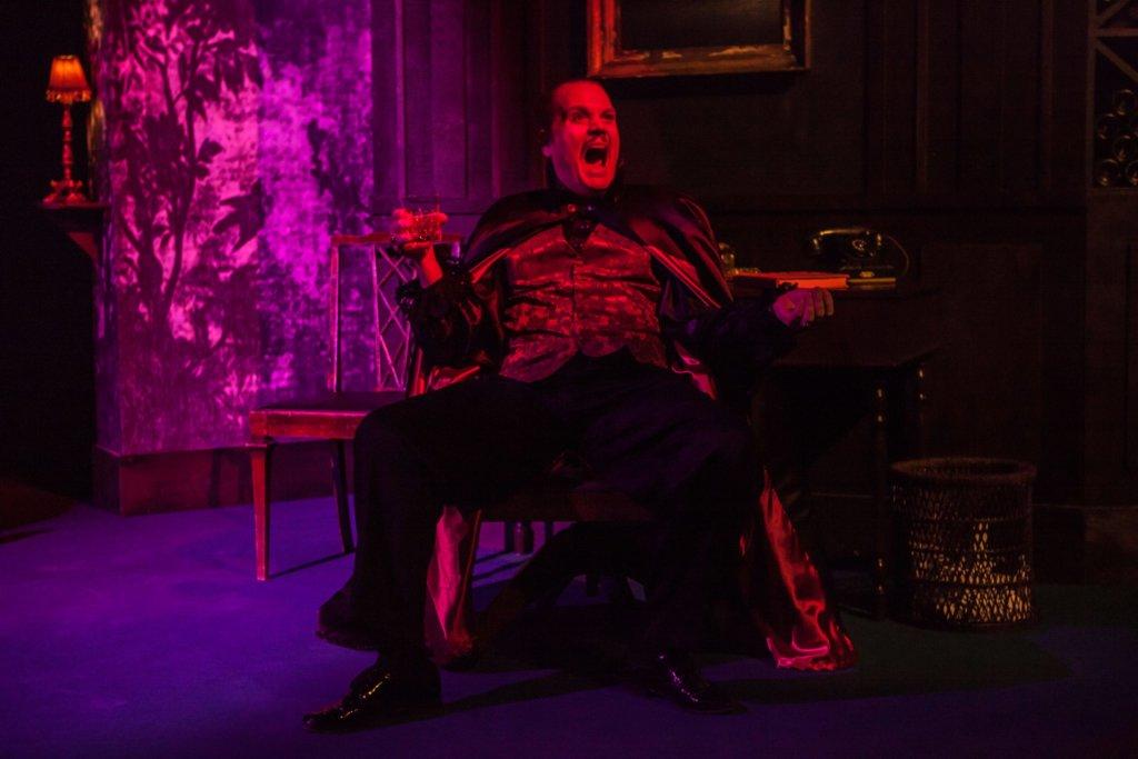 Pekka Hänninen tekee Bruno Rygseckin roolin Seinäjoen Kaupunginteatterin Komisario Palmun erehdyksessä. Hänninen huolehtii näytelmän kihelmöivästä kauhugalleriasta. Tässä roolihahmossa on luonnetta ja potkua. (Kuva: Jukka Kontkanen