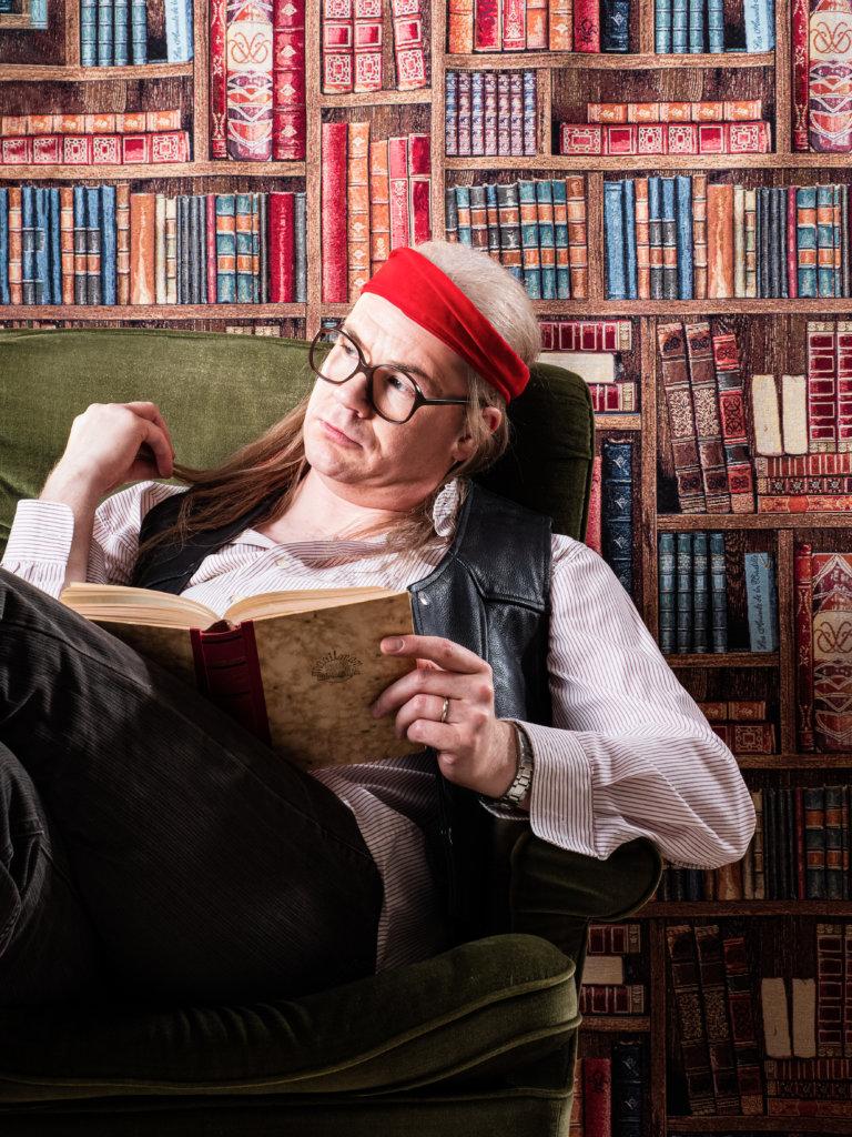 Aristi ja muusikko Matti Mikkonen nähdään Juice Leskisen väkevässä roolissa Suomen Musiikkiteatterin uutuusmusikaalissa Viidestoista yö. Mikkonen tulkitsee juicemaisen tyynesti kappaleet: Viidestoista yö, Rakkauden haudalla, Syksyn Sävel, Marilyn, Jyrki Boy, Hän hymyilee kuin lapsi, Kaksoiselämää, Musta aurinko nousee, Paperitähdet, Aamu alkaa A:lla sekä Pidetään ikävää sekä monia muita ikonisia biisejä. (Kuva: Suomen Musiikkiteatteri)