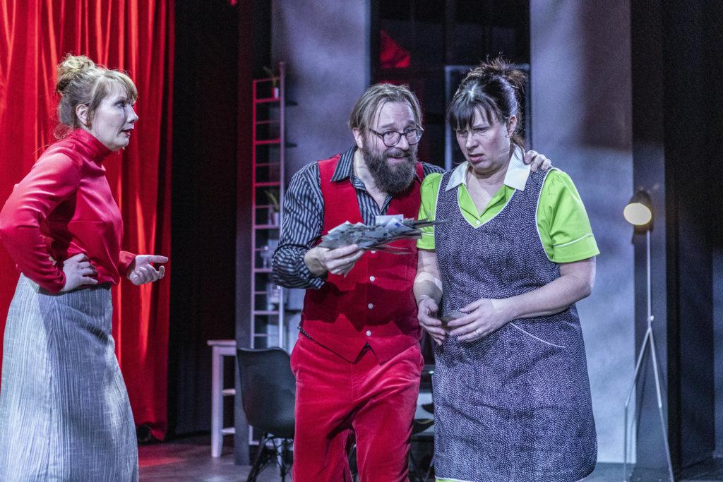 Johannes Korpijaakko (puna-asuinen keskellä) tekee ansiokkaan roolin nukutuslääkäri Brunona Ovista ja ikkunoista -komediassa Hämeenlinnan Teatterissa. (Kuva: Hämeenlinnan Teatteri)