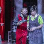 NELJÄ TÄHTEÄ: Johannes Korpijaakko juoksuttaa messevästi Ovista ja ikkunoista -komedian tekstiä Hämeenlinnan Teatterissa