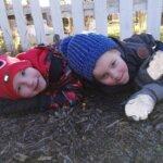 Nuutti ja Vertti bongasivat leskenlehden kotipihassaan