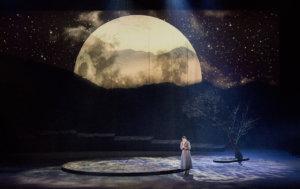 Talonpoikaistyttö Micaëlan roolin tekevä sopraano Marjukka Tepponen nousee laulullisesti arvoonsa arvaamattomaan Tampereen Oopperan Carmenissa. Kati Lukan lavasteet tukevat oopperan sanomaa. (Kuva: Petri Nuutinen)
