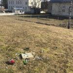 Katso kuvat Viialan urheilukentän ympäristössä tehdystä ilkivallasta – Pullonsirpaleita, rikkottuja paikkoja ja ruopimisjälkiä nurmikolla