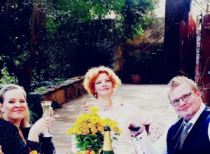 Kirjailija Verna Kaunisto (vas.) ja viulutaiteilija-tietokirjailija Verna Kaunisto-Feodorow asuvat Ranskassa. He sanovat, että Ranskan valtio on ottanut kiitettävän tosissaankoronapandemian hoidon. Eljas Kaunisto vieraili muutama viikko sitten siskojensa luona.