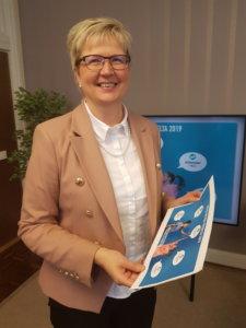 Aito Säästöpankin toimitusjohtaja Pirkko Ahonen on menestyksen silmässä. Hän on tullut kuuluisaksi toimialansa uudistajana. Nyt hänet on valittu Säästöpankkiliiton hallituksen puheenjohtajaksi. (Kuva: Matti Pulkkinen)