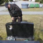 Katso karut kuvat Toijalan hautausmaalta: Kaadettuja kiviä, rikottuja lyhtyjä ja tuhottuja pistorasioita