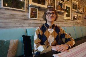 Etsivä-Ilona on ylöjärveläisten demarien vastaus nuorten aktivoimiseksi kunnalliselämään. Insinööri-opiskelijaIlona Pitkänen tapaa loppu vuoden ajan ylöjärveläisiä nuoria kannustaakseen heitä vuoden 2021 kuntavaaleihin. (Kuva: Matti Pulkkinen)
