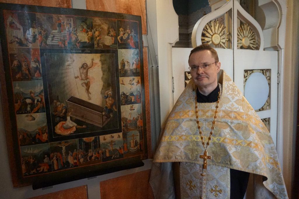 Kristuksen ylösnousemus -ikoni on rakas isä Heikki Honkamäelle. Hän on kunnioittanut Tampereen ortodoksisen kirkon alttarissa olevaa ikonia lapsuudestaan lähtien, jolloin hän palveli seurakuntaa ponomarina. (Kuva: Matti Pulkkinen)