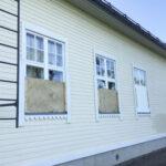 Rasin koulun ikkunat joudutaan levyttämään ilkivallan takia – Ikkunoita kivitetään, rännejä ja aitalautoja revitään irti