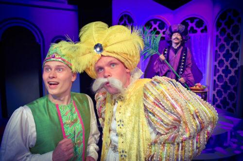Roope Kuusisto (oik.) tekee hersyvän roolin sulttaanina. Aladdinina oleva Antti Heinonen on todellinen miihailija niin räätälin poikana kuin prinssinäkin. (Kuva: Jere Riihinen)