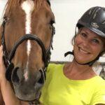 Akaalaisen Ulla Enckell-Valon taidenäyttely Kangasalla tarjoaa hevosia sekä historian havinaa