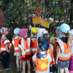 Ylpönpihan päiväkodin Mesikämmenet vierailivat mehiläistarhalla – Rohkeimmat maistoivat eukalyptushunajaa