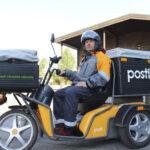 Katso video: Postilla on Akaassa käytössä yksi sähköskootteri – Harri Luodemaan mukaan kolmipyöräinen ajoneuvo päihittää jopa auton