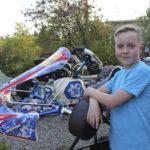 12-vuotias Sulo Kariluoma nauttii vauhdista kartingradalla – Varikolla viikonloput viettävän perheen äiti jännittää eniten ensimmäisen mutkan sumppua