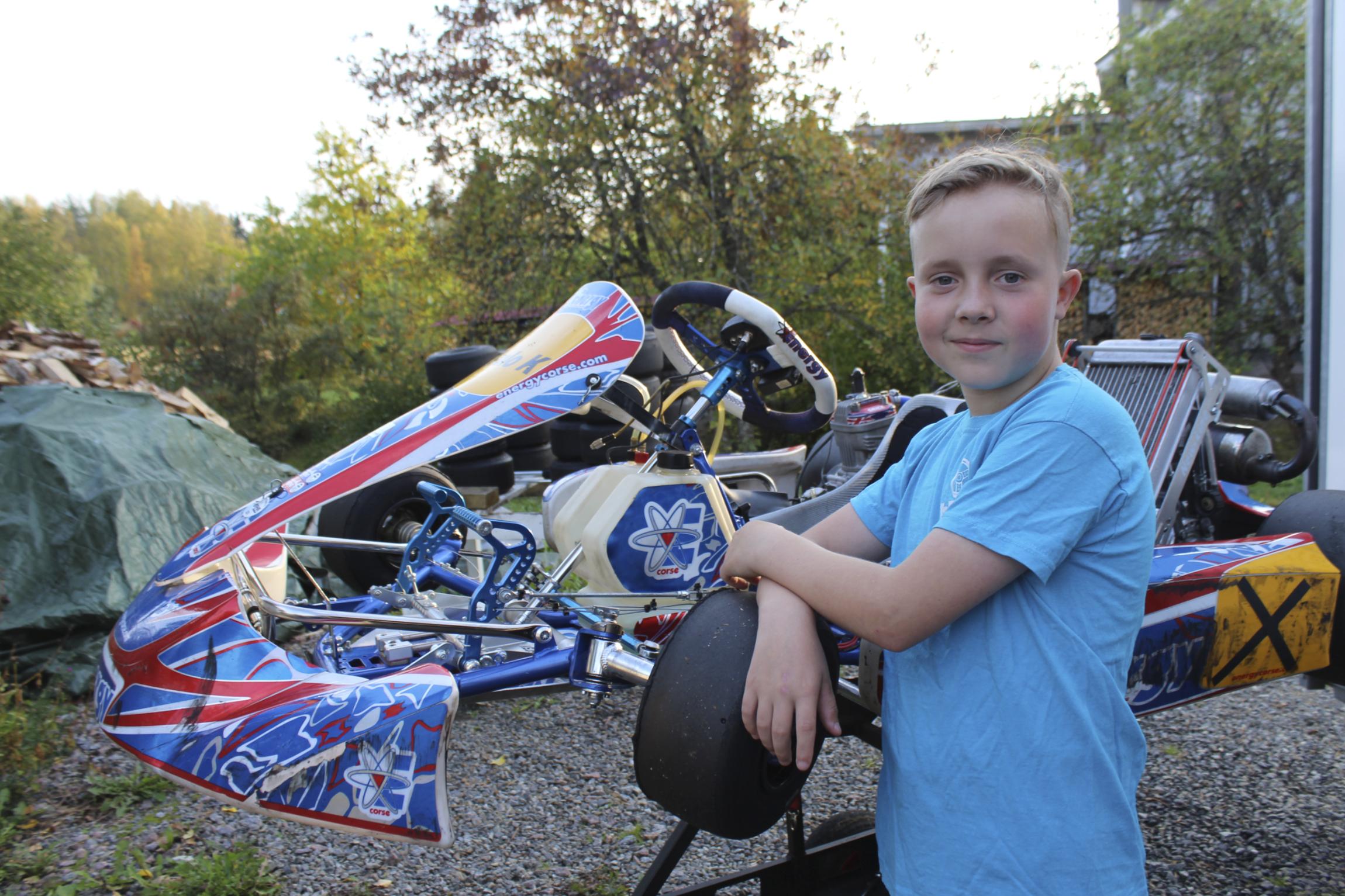 12-vuotias Sulo Kariluoma nauttii vauhdista kartingradalla  Varikolla...