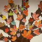 Viialan yhtenäiskoulun oppilaat tekivät Tarpiakodin asukkaille värikkään vuodenaikapuun – Lapset askartelevat puulle myös talviasun