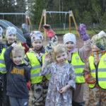 Kylmäkosken päiväkodin lapset kertovat, missä isät ovat hyviä – Isät osaavat rakentaa, leipoa, leikkiä ja ajaa traktorilla