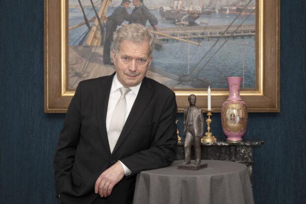 Presidentti Sauli Niinistö on ottanut toiminnassaan Suomen hyvin ainutlaatuisen paikallislehdistön huomioon. Niinistö sai tänään Antin päivänä Antti-patsaan. (Kuva: Jon Norppa)