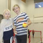 """Keltaiset pehmopallot saivat kyytiä, kun Viialan yhtenäiskoulun sporttikerholaiset kokeilivat tennistä: """"Parasta on, kun saa lyödä palloa"""" – A-Volley haluaa liikunnallisia iltapäiväkerhoja kaikille kouluille"""