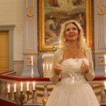 Konetaustat, aidot kynttilät ja Akaan kirkko – Kuuntele ja katsele Mia Joen uunituoreen joululaulun video