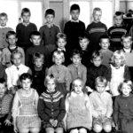 Rasin koulun vuoden 1960 ekaluokkalaiset aloittivat opintien Aune Lehtisen johdolla – Kun välitunti alkoi, järjestäjä pyyhki taulun ja avasi ikkunan pihalle ja muut juoksivat ulkohuussiin