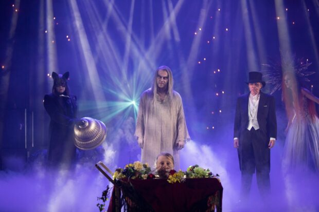 Esa Latva-Äijö tekee huippusuorituksen Wolandina Saatana saapuu Moskovaan -näytelmässä. (Kuva: Tampereen Teatteri)