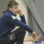 """Kääminsä polttanut Akaa-Volleyn valmentaja poistettiin salista: """"Meidän pitää jollakin keinolla yrittää pitää latausta yllä"""" – Savo Volley vei pisteet mennessään"""