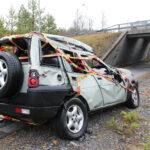 Mikäli näkee tieltä suistuneen auton, on pysähdyttävä tapahtumapaikalle ja hälytettävä tarvittaessa apua