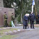 99-vuotias Eila Pennanen ja 98-vuotias Erkki Kitunen muistivat veteraanipäivänä sankarivainajia – Joel tuli skeittipaikalta Veteraanipuiston siivoustalkoisiin ja vaihtoi potkulaudan haravaan