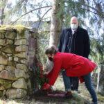 """Viialan Työväenyhdistyksen puheenjohtaja Hannu Järvinen puhui vappuna punaisten muistomerkillä Kitulassa: """"Paikallinen sopiminen johtaa palkkaan pärstäkertoimen mukaan"""""""
