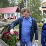 """Suomen kauneimman kesämökin piha kukkii jo alkukesästä – """"Ei se meitä haittaa, vaikka veneet lipuvat hiljakseen ohi"""""""