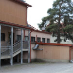 Arvo Ylpön ja Sontulan kouluilla ilkivaltaa – Ikkunoita rikottu ja kattotiiliä paiskottu maahan