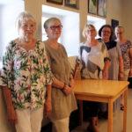 Kylmäkosken Pilvenpiirtäjät -ryhmä laittoi kotikirkkoonsa esille kootut teoksensa – Kansalaisopiston maalauspiiristä alkunsa saanut taideryhmä on kokoontunut vuodesta 1998 asti