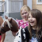 Keppihevosleirillä kannustetaan kavereita ja opetellaan kädentaitoja