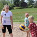 """""""Lapset ovat innokkaita pelaamaan ja oppivat nopeasti"""" – Kokenut lentopalloilija Reetta Salo viettää kesänsä pelaillen Tipurin ja Luttusen rannoilla"""