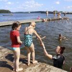 Toijalan rantauimakoulussa nautitaan lämpimistä vesistä – Sisarusryhmässä uimista harjoittelee eritasoisia uimareita