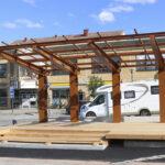 Toijalan torin esiintymislava valmistui muuten etuajassa, mutta kattoa ei ole kuulunut – Hunajahulinoilla esiintyjät suojataan tarvittaessa pressulla