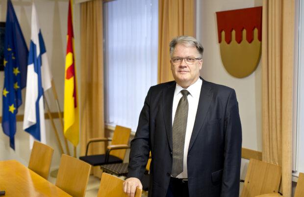 Maakuntajohtaja Esa Halme sanoo, että Pirkanmaan liitolla on jälleen edessä työntäteinen jakso. Halme odottaa, että maakuntaliitolle ja hyvinvointialueelle rakentuuhedelmällinen yhteistyö. (Kuva: Rami Marjamäki)