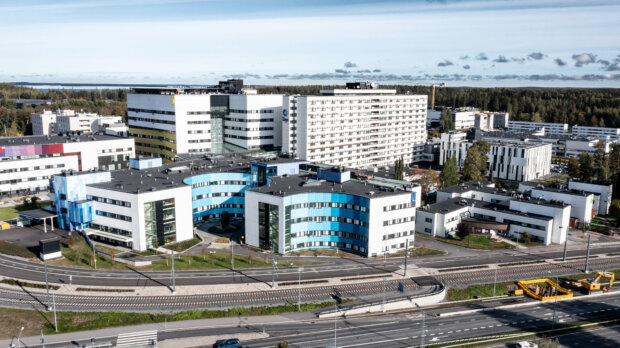 Pirkanmaan sairaanhoitopiiri ei voikaan myydä Taysin sairaa-alueen maita Tampereen kaupungille. Maa-alueet siirtyvät heinäkuisen lain mukaan tulevalle Pirkanmaan hyvinvointialueelle. Nyt Tampere ja PSHP hierovat kauppoja kahdesta parkkialuuesta, joiden arvo on noin 15 miljoonaa euroa. (Kuva: Rami Marjamäki)