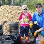 Uhanalaisille taimenille talkoiltiin Haihunkoskella kutusoraikkoja – Nuorin kalojen ystävä oli 3-vuotias Emilia