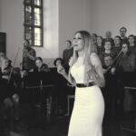 Idols-tähti Kristiina Brask Entisten nuorten Majataloillassa Viialan kirkolla